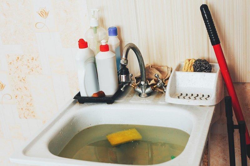 Что делать, если засорилась раковина на кухне: быстрый и проверенный способ очистки без химии
